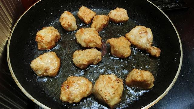 鶏肉も同様に油で揚げ焼きにしてカリッと仕上げる
