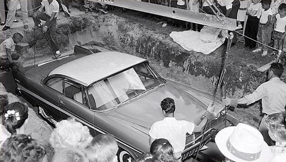 Photo proses penguburan mobil pada tahun 1957