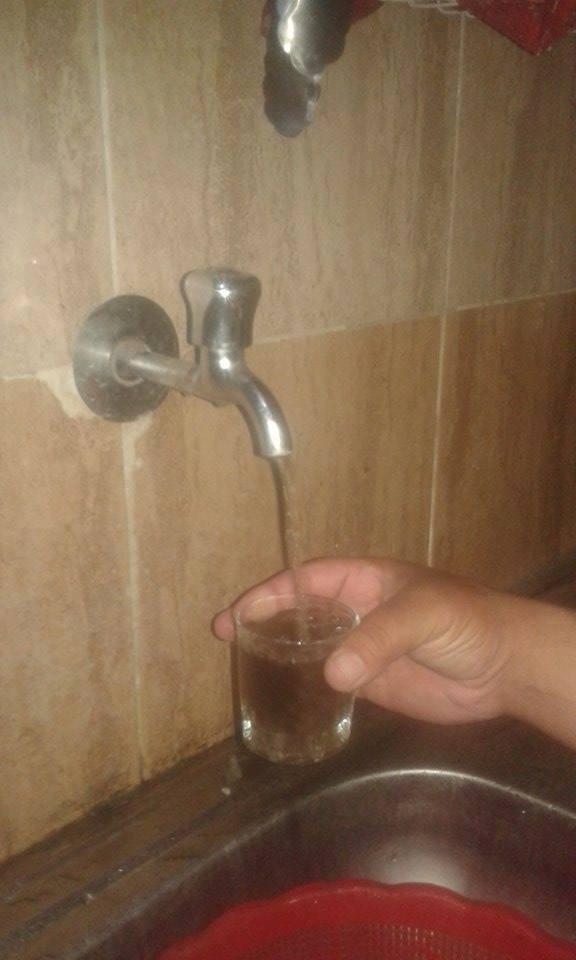 بالصور.. تغيير لون مياه الشرب يثير غضب أهالي بني حميل بسوهاج