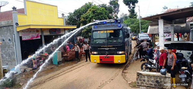 Polres Lumajang Bersihkan Lumpur dan Buka Dapur Umum Warga Terdampak Banjir