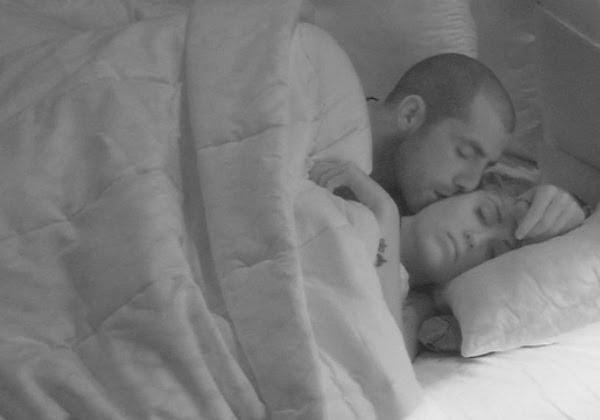 Foto deles na cama