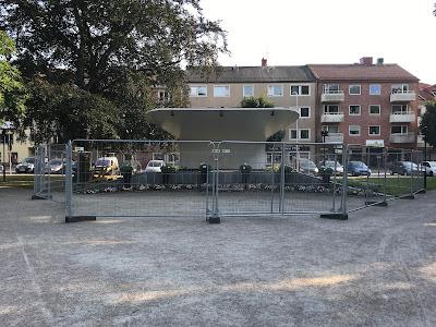 Scenen i Markretegärdeparken omgärdad av byggstängsel.