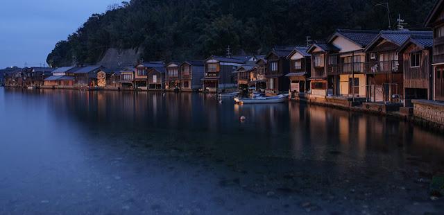 建物と海が繋がった珍しい建築、舟屋、夕景