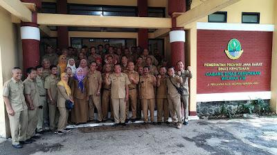 Foto keluarga Rimbawan CDK Wilayah VIII Dishut Jabar