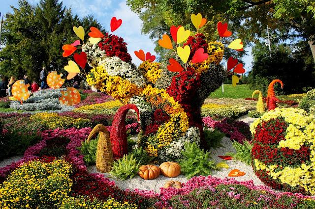 Фантастическое дерево - центр композиции из хризантем