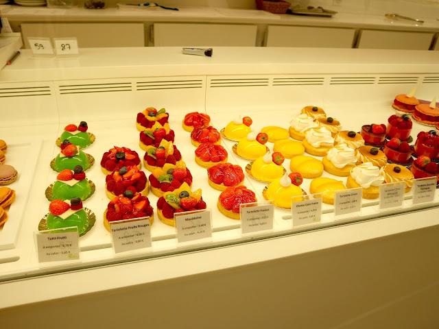 Les pâtisseries de la vitrine du Petit Poucet à Amiens.