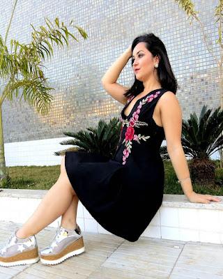 vestido negro corto con flores