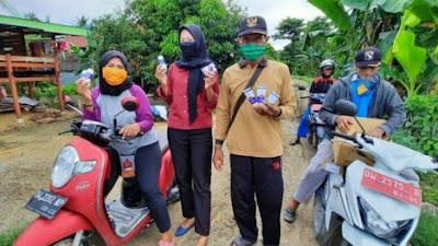 Relawan Covid-19 Desa Tadangpalie Bagikan Anti Septik pada Warga