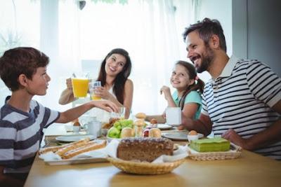 Makan  Bersama Menyenangkan, Aku Bersama Keluarga, dan Sepuluh Perintah Allah