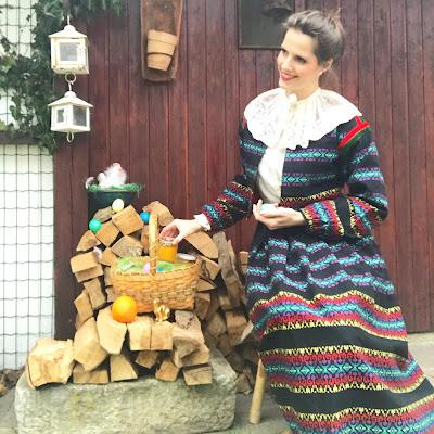 Gudrun Blümel trägt einen Vintage Zweiteiler und legt ein Glas Marmelade in einen Korb