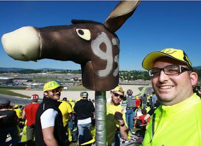 Banyak Fans Rossi Beri 'Kado Istimewa' untuk Lorenzo - Marquez di Mugello