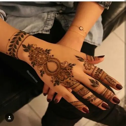 Sweet-designer-and-flowers-henna-pattern