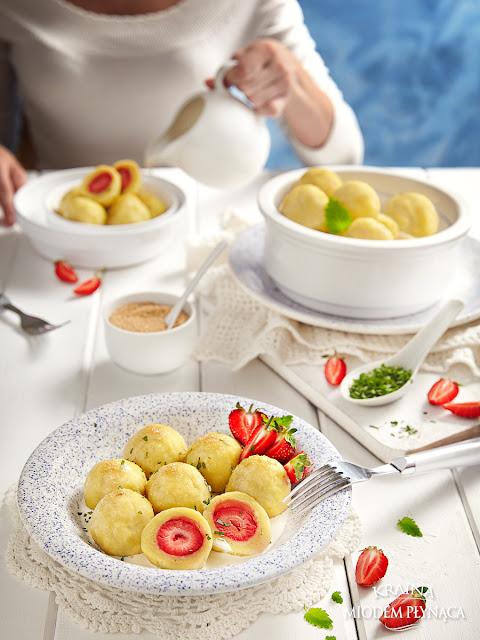 wskazówki jak zrobić dobre knedle, tradycyjne knedle ziemniaczane z truskawkami, knedle z owocami, knedle owocowe, kraina miodem płynąca,
