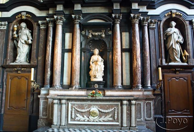 Virgen con el niño de Miguel Ángel, Brujas