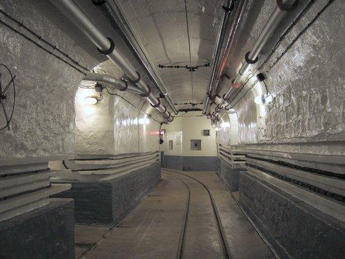"""As linhas do """"metrô"""" dentro da fortificação subterrânia"""
