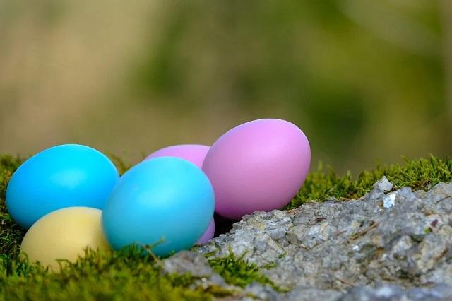 Das Ei ist ein bemerkenswertes Produkt, das in vielen Kulturen eine reiche und faszinierende Geschichte von symbolischer Bedeutung hat. Überall auf der Welt ist es als universelles Symbol für Osterfeiern bekannt. Neben der Verbindung christlicher religiöser Überzeugungen mit den Osterferien gibt es auch die altehrwürdige Tradition, Ostereier herzustellen. Ostereier wurden gemalt, gefärbt und dekoriert, um die Osterferien zu feiern. Kinder lieben besonders den Spaß am Dekorieren und Malen von Ostereiern. Die Geschichte des Ostereies ist sowohl eine faszinierende als auch eine unterhaltsame Geschichte.    Viele Traditionen und Praktiken haben verschiedene symbolische Bedeutungen von Eiern enthalten. In der heidnischen Ära symbolisierte das Ei eine Wiedergeburt der Erde. Diese Darstellung war insbesondere mit dem Beginn des Frühlings verbunden. Viele Menschen legen Eier unter Gebäude, um böse Geister abzuwehren. Schwangere Römerinnen trugen ein Ei, um das Geschlecht ihrer ungeborenen Kinder vorherzusagen. Die alten Perser malten Eier für Nowrooz, ihr Neujahrsfest, das am Frühlingsäquinoktium gefeiert wird.