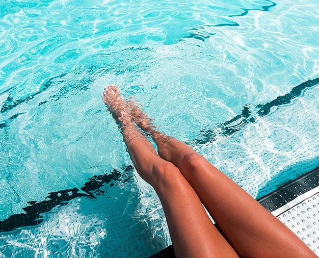 Fotografía gratis de alta calidad de una Refrescante piscina y piernas femeninas que se refrescan en agua