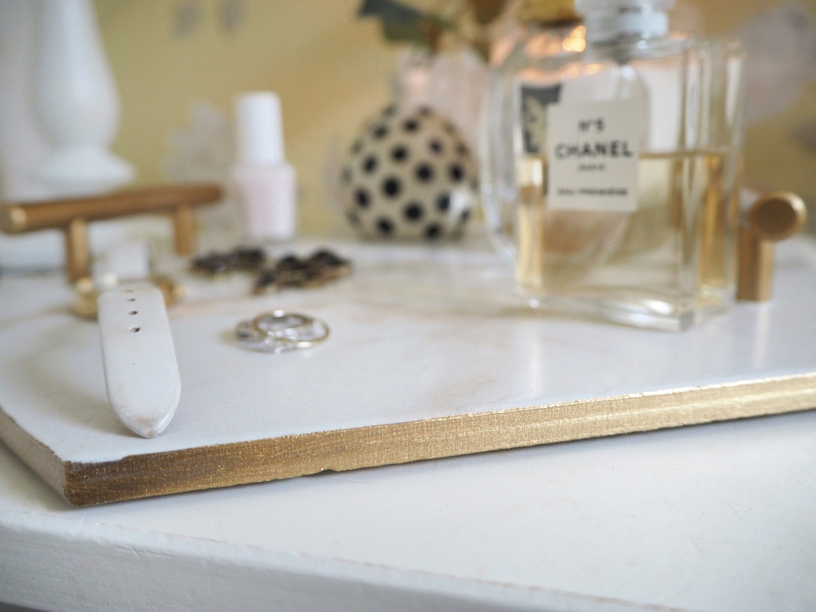 DIY marble effect tray made from a tile sample and brass handles. How to transform a tile sample into an expensive looking tray using spray paint and a single floor tile. Perfect decorative tray for your kitchen, bathroom or dressing table to display jewellery, make up or beauty essentials. Quick crafting DIY tutorial you can complete in a couple of hours.