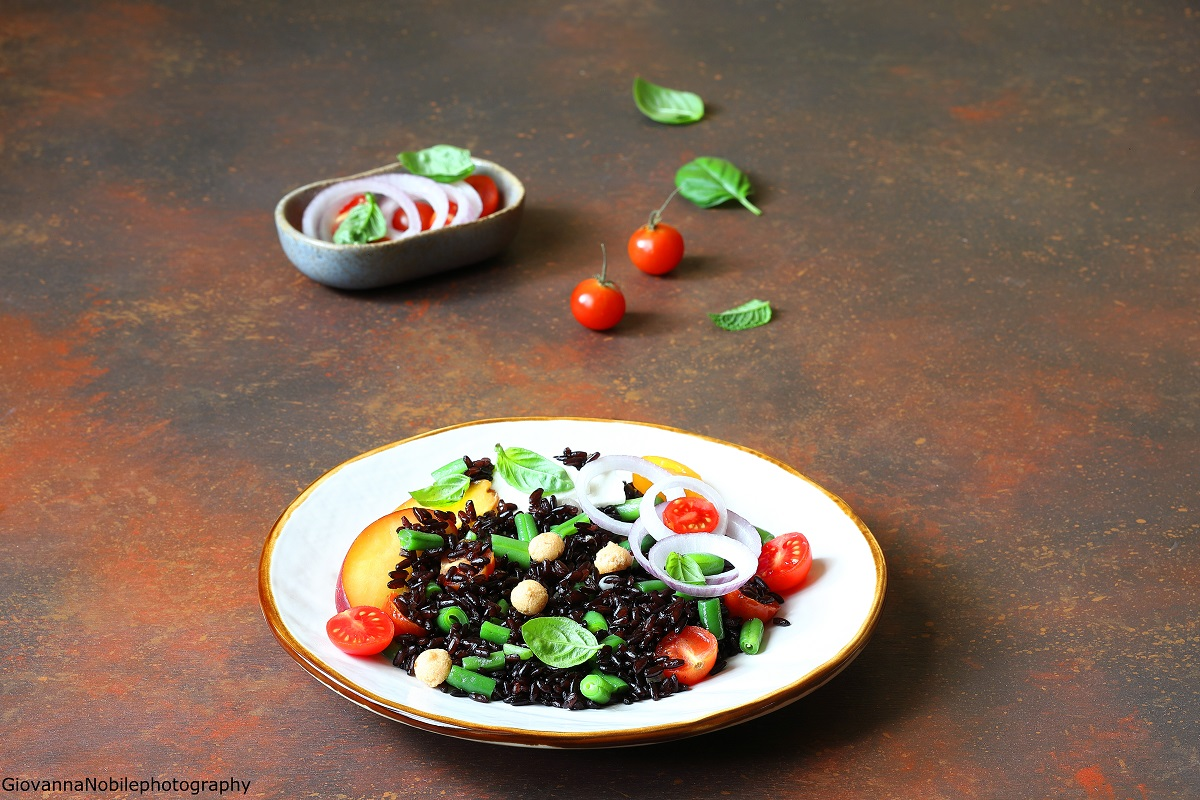 Riso venere con pesche, fagiolini e ricotta salata