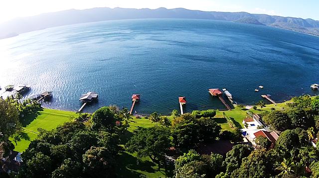 """Considerado uno de los 10 lagos más bellos del mundo, su nombre en lenguaje náhuatl significa """"Cerro de Culebras """"este mismo es uno de los lagos más grandes de Salvador."""