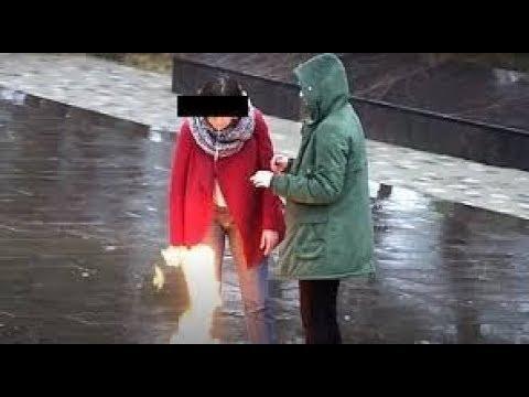 Российские школьницы заплевали Вечный огонь и попали на видео!!!