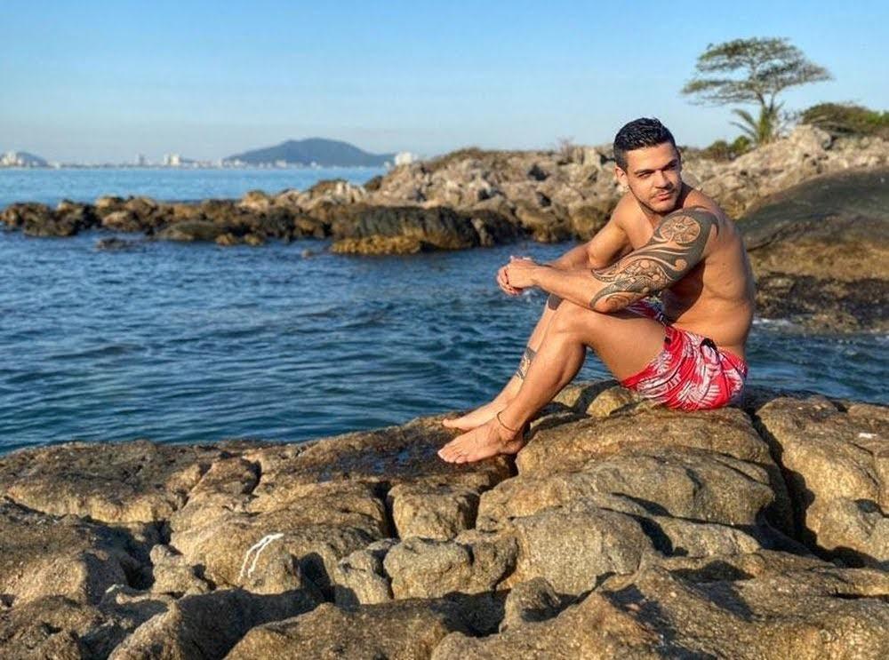Caique Aguiar mostra corpo sarado em ilha no Guarujá. Foto: Renato Cipriano/Divulgação