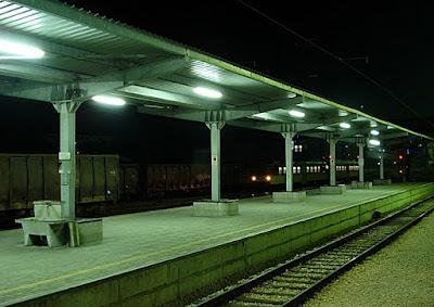 mracni-nocni-kolosek-zeleznicka-stanica-srbija