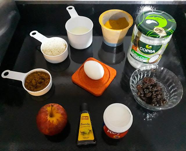 1 ovo  1/2 xícara (chá) de farinha de aveia - pode usar farinha integral e se preferir a *branca  1/3 xícara (chá) de açúcar de coco - pode usar o demerara, mascavo, xilitol, ou *refinado  1/4 xícara (chá) de leite  3 colheres (sopa) de óleo, usei o de coco  Canela a gosto  Essência de Baunilha a gosto  1 maça com casca picada  1 colher (sopa) de fermento  Passas ou castanhas trituradas