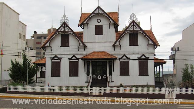 Castelinho, bela edificação de madeira no Centro de Erechim