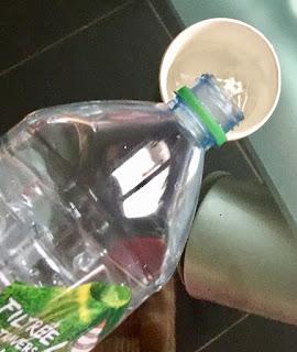 Remplissage d'eau de gobelets pour réaliser la peinture à bulle