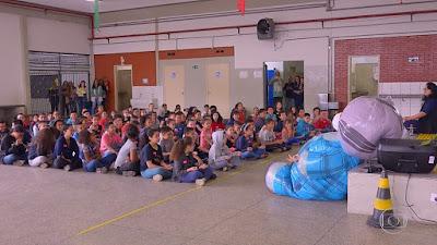 Huck surpreende alunos — Foto: TV Globo
