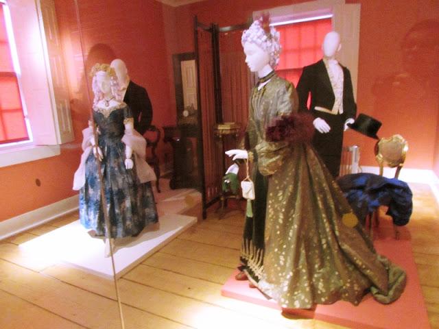 manequins com modelos de vestuário do período romântico