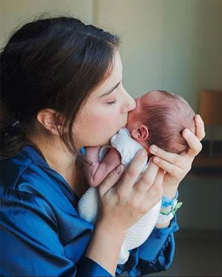 هازال كايا تنشر صورة جديدة لمولودها احتفالاً بالعام الجديد.. شاهد