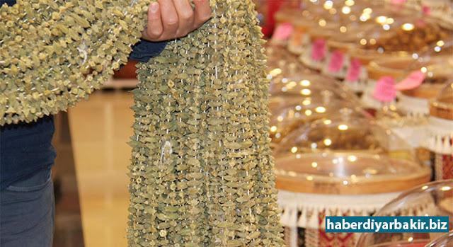 DİYARBAKIR-Sofraların vazgeçilmez lezzetlerinden kuru bamyanın yüksek fiyatını değerlendiren Diyarbakır'daki aktarcılar, kuru gıda ürünlerinin kilo değerinden kaybettiğini söylediler.