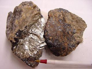 Samarskite, minério de nióbio
