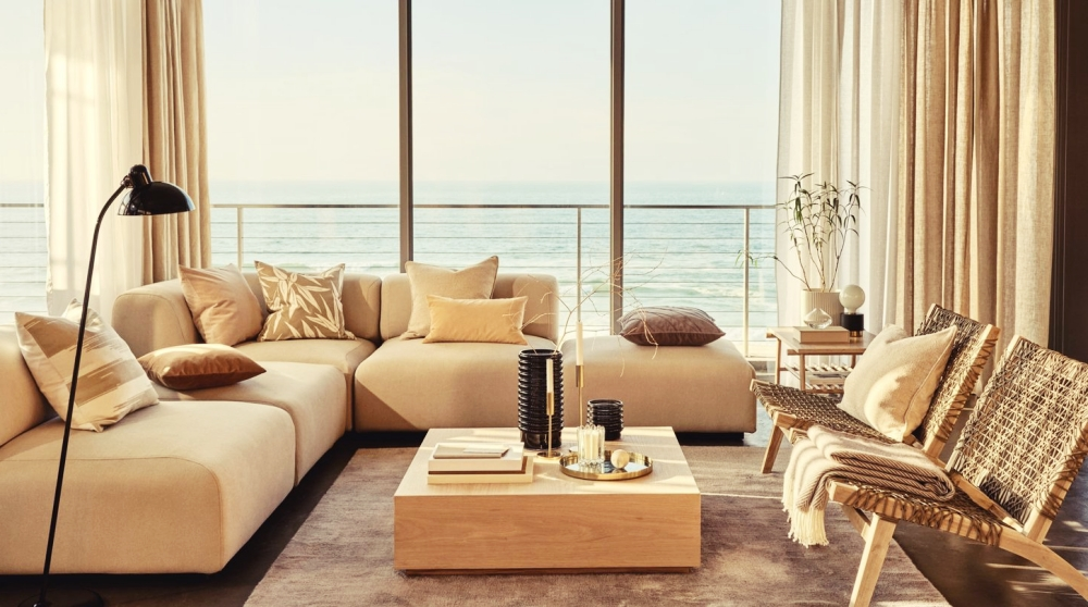 Metallic-Elemente, dunkles Holz und lange Vorhänge: Diese Einrichtungstipps sorgen für Luxus in deinem Zuhause