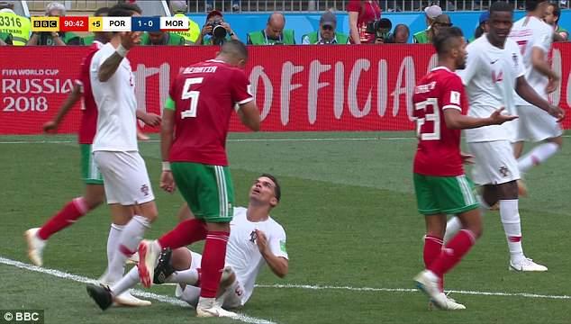 Bị đối thủ vỗ vai, Pepe ngã vật xuống đất ăn vạ 2