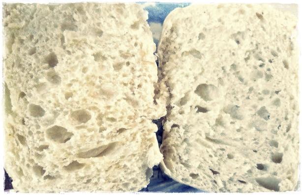 Ciabatta é um tipo de pão oriundo da Itália que possui esse nome porque apresenta um formato achatado, em virtude da alta porcentagem de umidade na massa. Ciabatta (chinelo em italiano) seria, então, uma referência a essa forma de chinelo. É um pão branquinho, muito rico em sabor, com alvéolos grandes, muito gostoso, apropriado para os mais variados tipos de sanduíches.