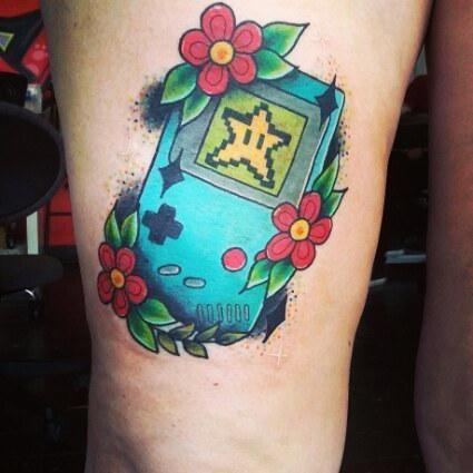 en la pierna de una chica vemos tatuaje de una game boy