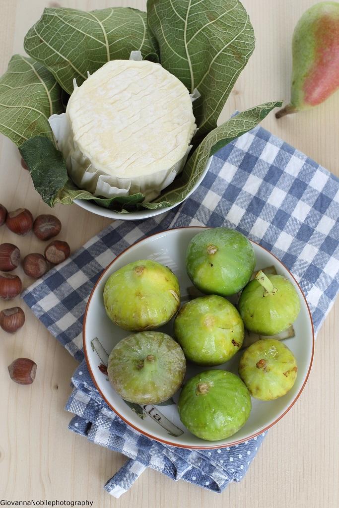 Insalata con formaggio caprino, pere, fichi, uva e nocciole