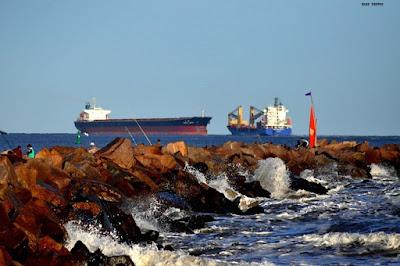Molhes e navios vistos dos molhes da barra