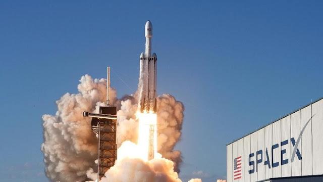 Peluncuran roket terkuat sejagat Falcon Heavy. (Foto: Thom Baur/Reuters)