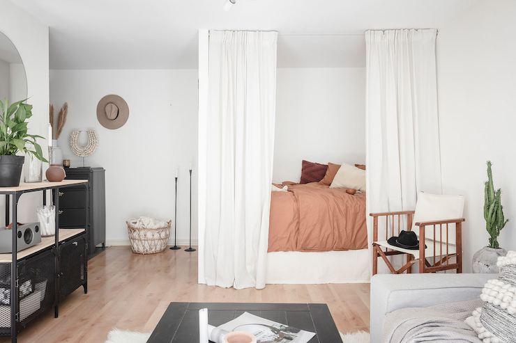 Salón con dormitorio de estilo nórdico y marroquí