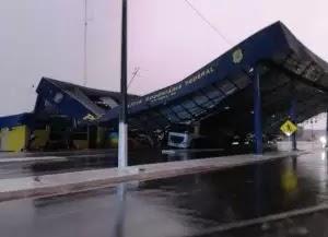 VÍDEO: cobertura da base da PRF não suporta chuva e vento forte e desaba em Vilhena