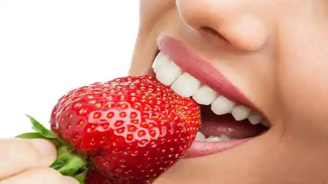 الفراولة - حل فوري لأسنان أكثر بياضًا وابتسامة جذابة .