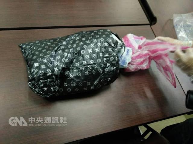 Seorang Pejalan Kaki di Taiwan Menemukan Uang Pencurian ATM Sebesar NT$4,5412 Juta di Semak - Semak