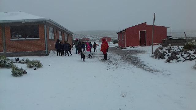 Die Kinder freuen sich über den Schnee im Bergdorf El Tholar, aber man muss auch die Kälte aushalten.