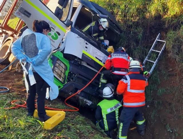 Colisión frontal entre camión y automóvil deja 3 lesionados