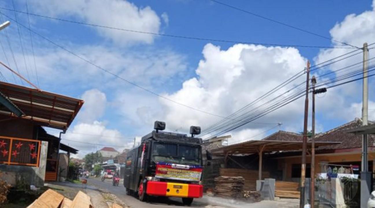 Dua Desa di Kecamatan Wagir Di Semprot Disinfektan Menggunkaan Mobil Water Cannon