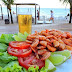 Alerta: Jornalista quase morre ao comer camarão: E alerta para todos os perigos que o fruto do mar oferece